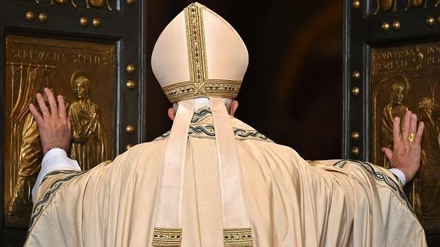 papa-puerta-santa-misericordia